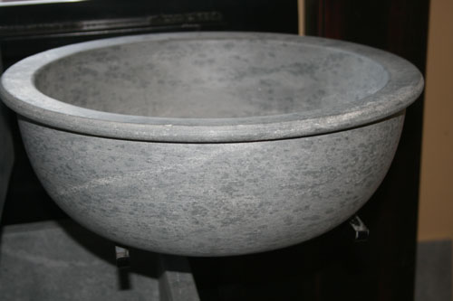 Vessel sink with a lip